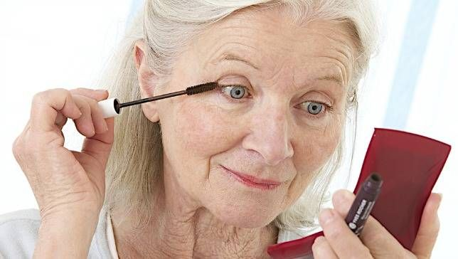 olderwomanappliesmascara-jpg-653x0_q80_crop-smart