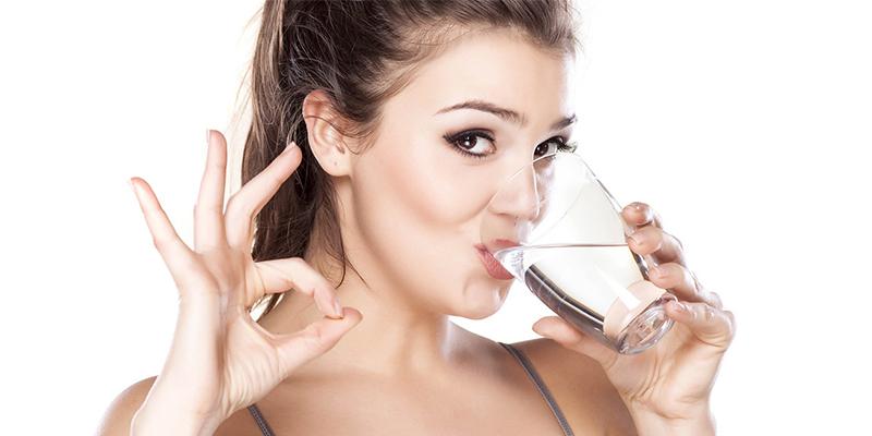 اهمیت نوشیدن آب در سلامت پوست - مجله مد و لباس بانی مد