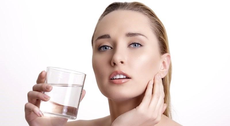 نوشیدن آب بر سلامت پوست