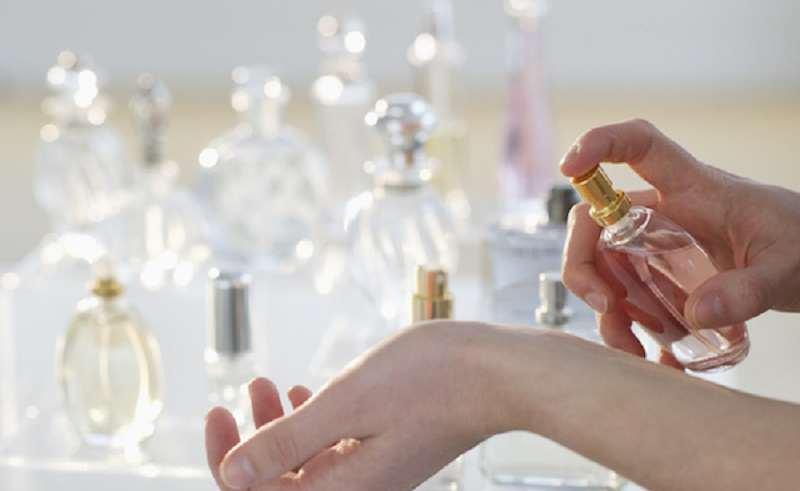 ماندگاری عطر عطر باید در شما کشف شود نه اینکه داد بزند !! ممکن است شما عطری را دوست داشته باشید و از آن زیاد استفاده کنید اما این کار نه تنها به جذابیت شما منجر نمی شود بلکه سبب می شود که دیگران از شما فراری شوند.