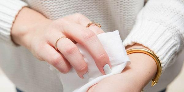 پاک کننده ی آرایش برای پاک کردن عطر