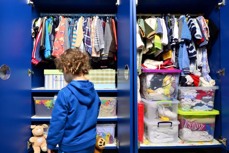 organize closet1 - چگونه کمد لباس را مرتب و دستهبندی کنیم؟