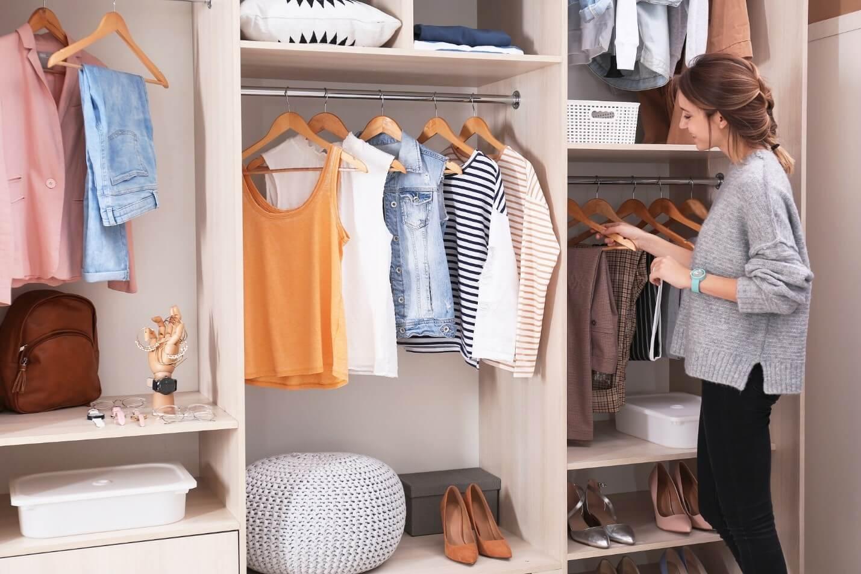 organize closet2 - چگونه کمد لباس را مرتب و دستهبندی کنیم؟