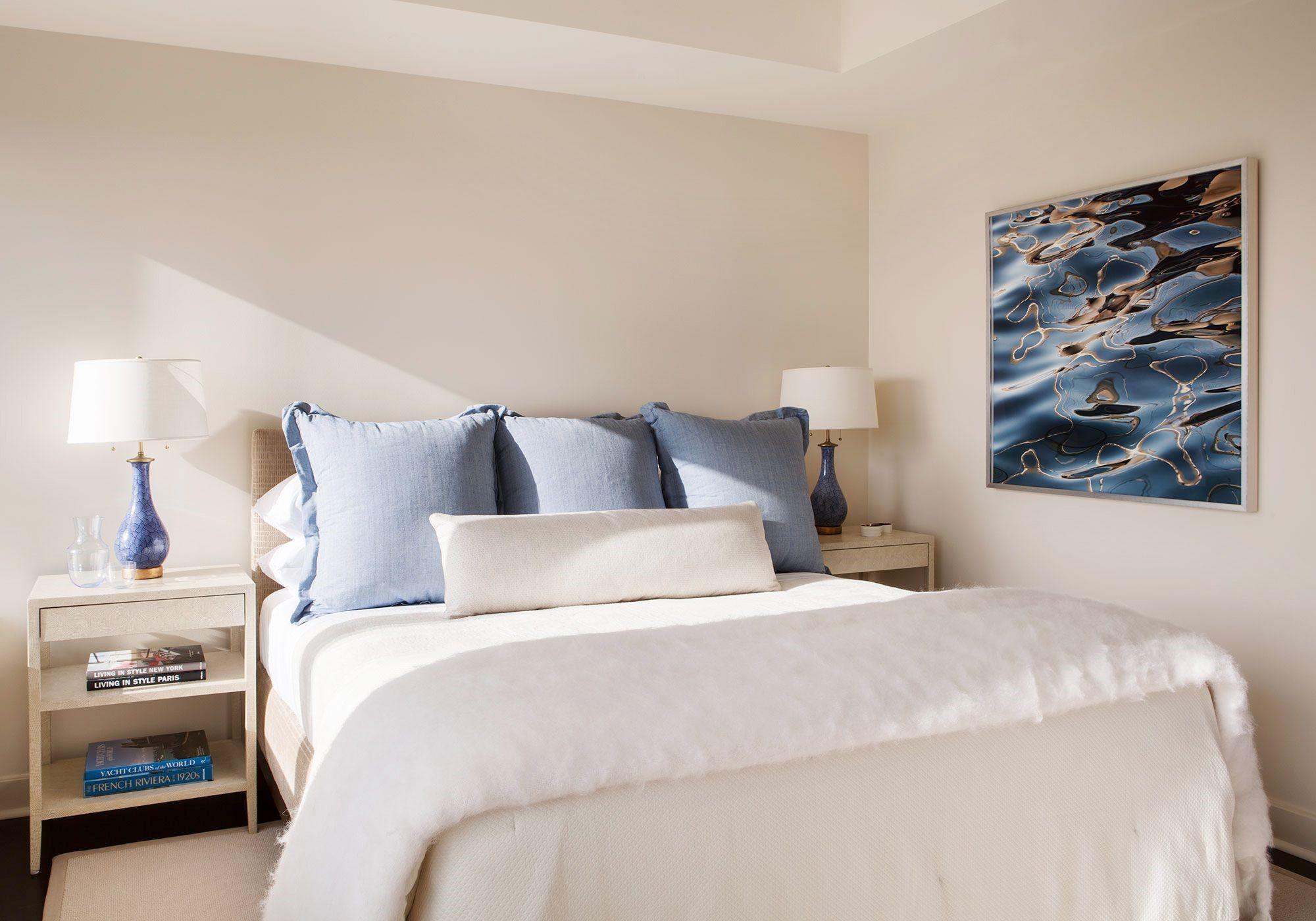 چیدمان اتاق خواب با تابلو و عکس