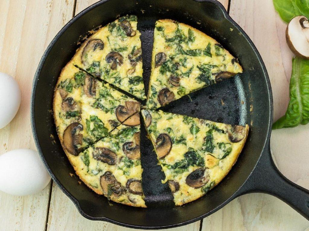 طرز تهیه املت قارچ و اسفناج برای صبحانه