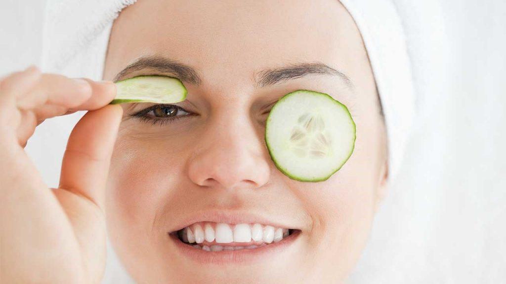 از ماسک خیار برای رفع پف زیر چشم استفاده کنید