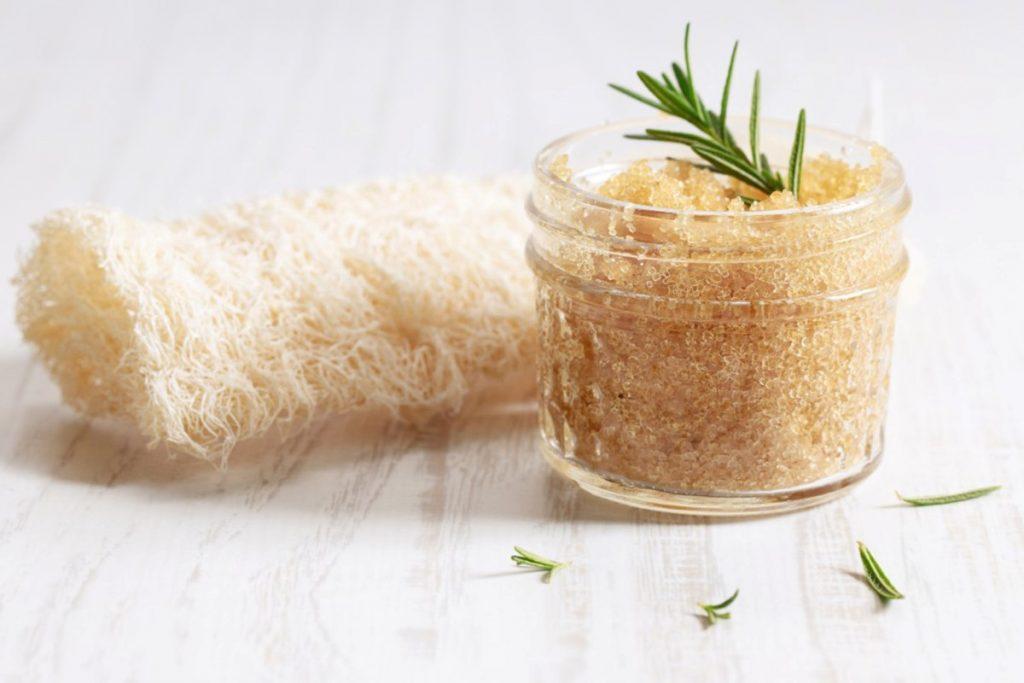فواید استفاده از اسکراب خانگی برای پوست چرب