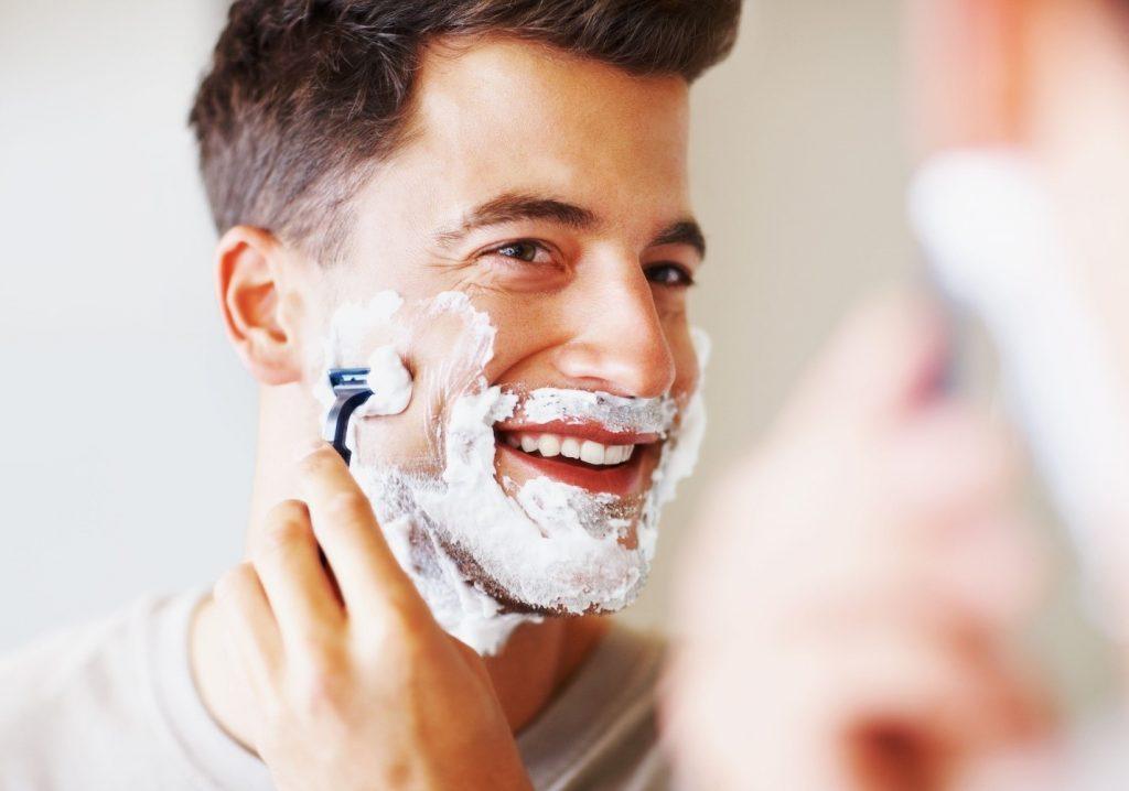 برای جلوگیری از جوش بعد از اصلاح صورت، برای اصلاح صورت از تیغ یا ژیلت با کیفیت استفاده کنید