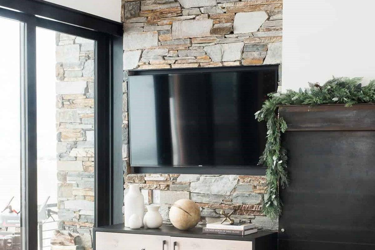 دیوار سنگی پشت تلویزیون