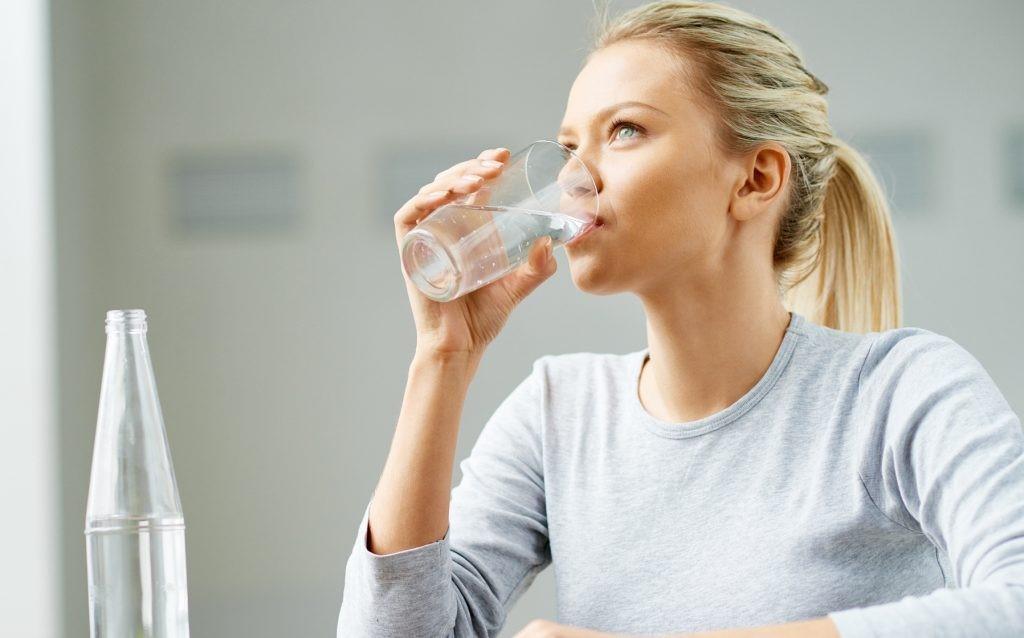 چگونه با نوشیدن آب لاغر شویم